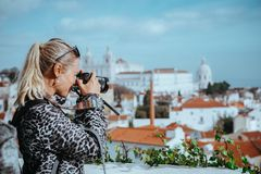 Η ταξιδιωτική γυναίκα κάνει μια εικόνα της εικονικής παράστασης πόλης της Λισσαβώνας Το εθνικό Pantheon και οι πετσέτες του Vicen Στοκ φωτογραφία με δικαίωμα ελεύθερης χρήσης