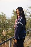 Η ταξιδιωτική ταϊλανδική γυναίκα κάθεται και θέτοντας για πάρτε τη φωτογραφία στην άποψη πάνω από το βουνό phu tok Στοκ φωτογραφίες με δικαίωμα ελεύθερης χρήσης