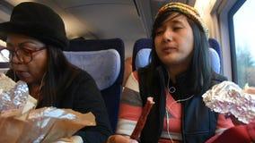 Η ταϊλανδικές μητέρα και η κόρη γυναικών Asain κάθονται και τρώγοντας τα τρόφιμα σπιτικά στο τραίνο απόθεμα βίντεο