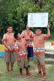 Η ταϊλανδική ομάδα σπουδαστών παρουσιάζει τη γνώση σε άλλο σπουδαστή στοκ εικόνες με δικαίωμα ελεύθερης χρήσης