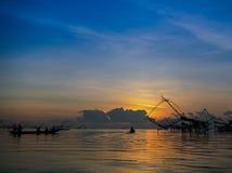 Η ταϊλανδική παραδοσιακή παγίδα εξοπλισμού αλιείας σκιαγραφιών χτίζει με το BA στοκ εικόνες