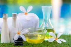 Η ταϊλανδική ρύθμιση SPA για τη θεραπεία και τη ζάχαρη αρώματος και το αλατισμένο μασάζ με Plumeria ανθίζουν κοντά στην πισίνα, Στοκ Φωτογραφία