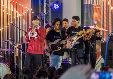Η ταϊλανδική έμφραξη Palit σούπερ σταρ τραγουδιστών και η ζώνη του στο χρόνο Federbrau συμφωνούν έξω στη λεωφόρο αγορών του Σιάμ  στοκ εικόνες