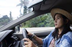 Η ταϊλανδική γυναίκα που οδηγεί ένα αυτοκίνητο στο δρόμο πηγαίνει να κτυπήσει την αποβάθρα Rong Phu Στοκ Εικόνες