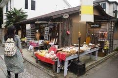 Η ταϊλανδική επίσκεψη γυναικών και αγοράζει το πρόχειρο φαγητό και το ιαπωνικό ασβέστιο ύφους αλεών καραμελών Στοκ εικόνες με δικαίωμα ελεύθερης χρήσης