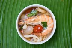 Η ταϊλανδική πικάντικη σούπα εξυπηρετεί στο φύλλο μπανανών Στοκ Φωτογραφία