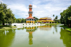 Η ταϊλανδικοί βασιλικοί κατοικία και ο πύργος επιφυλακής Sages στον πόνο Ρ κτυπήματος Στοκ Φωτογραφίες