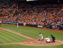 Η ταλάντευση ελέγχου κτυπήματος του Red Sox ως catcher Orioles πιάνει την πίσσα Στοκ Εικόνες