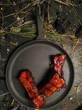 Η τεμαχισμένη βουτύρου μπριζόλα βρίσκεται στο τηγανίζοντας τηγάνι Στοκ φωτογραφίες με δικαίωμα ελεύθερης χρήσης