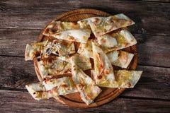 Η τεμαχισμένη φρέσκια ιταλική πίτσα, επίπεδο βρέθηκε Άχρηστο φαγητό στοκ εικόνες