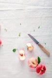 Η τεμαχισμένη φρέσκια Apple στον πίνακα Στοκ εικόνα με δικαίωμα ελεύθερης χρήσης