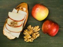 Η τεμαχισμένη Apple με το τυρί της Brie και ξύλα καρυδιάς σε ψημένο Baguette Στοκ φωτογραφία με δικαίωμα ελεύθερης χρήσης