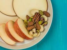 Η τεμαχισμένοι Apple και κύκλοι τυριών γκούντα Στοκ φωτογραφία με δικαίωμα ελεύθερης χρήσης