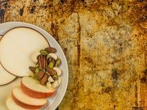 Η τεμαχισμένοι Apple και κύκλοι τυριών γκούντα Στοκ Εικόνα