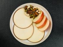 Η τεμαχισμένοι Apple και κύκλοι τυριών γκούντα Στοκ εικόνα με δικαίωμα ελεύθερης χρήσης