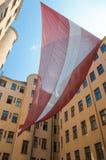 Η τεράστια λετονική εθνική σημαία κρεμά στην προηγούμενη έδρα KGB στη Ρήγα (το σπίτι γωνιών), το λετονικό μουσείο του επαγγέλματο Στοκ φωτογραφία με δικαίωμα ελεύθερης χρήσης