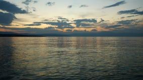 Η τελευταία πυράκτωση της ρύθμισης του ήλιου επάνω από τη θάλασσα Στοκ Εικόνα