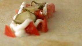 Η τηγανίτα γέμισε με την ντομάτα, το πιπέρι και το παστωμένο αγγούρι με τη σάλτσα είναι έτοιμα να φάνε σε σε αργή κίνηση φιλμ μικρού μήκους