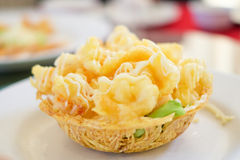 Η τηγανισμένη κρέμα σαλάτας γαρίδων εξυπηρετεί στο καλάθι αλευριού για το backgrou τροφίμων Στοκ Φωτογραφίες
