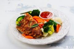 Η τηγανισμένη μπριζόλα χοιρινού κρέατος με τα λαχανικά διακοσμεί Στοκ φωτογραφίες με δικαίωμα ελεύθερης χρήσης