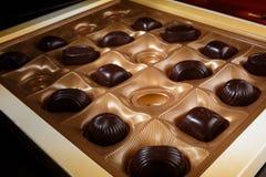 η τομή σοκολάτας καραμελών ανασκόπησης απομόνωσε το λευκό δώρο Στοκ Φωτογραφία