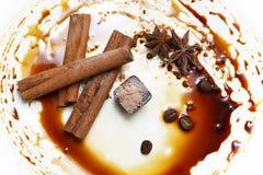 η τομή σοκολάτας καραμελών ανασκόπησης απομόνωσε το λευκό Στοκ εικόνες με δικαίωμα ελεύθερης χρήσης