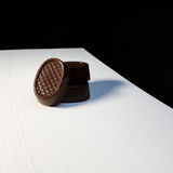 η τομή σοκολάτας καραμελών ανασκόπησης απομόνωσε το λευκό Στοκ Φωτογραφία
