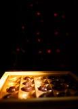 η τομή σοκολάτας καραμελών ανασκόπησης απομόνωσε το λευκό Στοκ Εικόνα