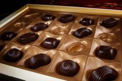 η τομή σοκολάτας καραμελών ανασκόπησης απομόνωσε το λευκό Στοκ Φωτογραφίες