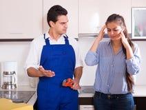 Η τονισμένη γυναίκα και νευρικός κοντά στο νεροχύτη στην κουζίνα Στοκ Εικόνες