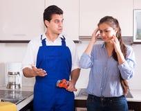 Η τονισμένη γυναίκα και νευρικός κοντά στο νεροχύτη στην κουζίνα Στοκ εικόνα με δικαίωμα ελεύθερης χρήσης