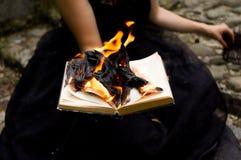 Η τονισμένη εικόνα με μια γυναίκα συνεδρίασης κρατά ένα βιβλίο Στοκ Φωτογραφία