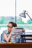 Η τονισμένη επιχειρηματίας με το σωρό των εγγράφων Στοκ φωτογραφία με δικαίωμα ελεύθερης χρήσης