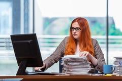 Η τονισμένη επιχειρηματίας με το σωρό των εγγράφων Στοκ εικόνες με δικαίωμα ελεύθερης χρήσης