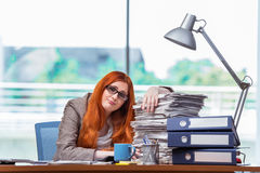 Η τονισμένη επιχειρηματίας με το σωρό των εγγράφων Στοκ Εικόνες