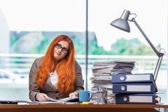 Η τονισμένη επιχειρηματίας με το σωρό των εγγράφων Στοκ Εικόνα