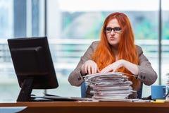 Η τονισμένη επιχειρηματίας με το σωρό των εγγράφων Στοκ Φωτογραφία