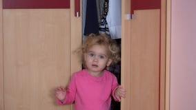 Η τονισμένη παιδιών πόρτα ντουλαπιών κοριτσιών ανοικτή και βγαίνει Φόβος στην έννοια προσώπου παιδιών απόθεμα βίντεο