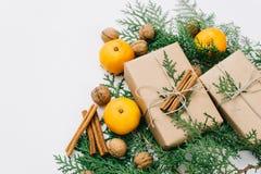 Η τονισμένη instagram εικόνα που τυλίγει τα αγροτικά δώρα Χριστουγέννων eco με το έγγραφο τεχνών, τη σειρά, tangerines και το φυσ στοκ φωτογραφία με δικαίωμα ελεύθερης χρήσης