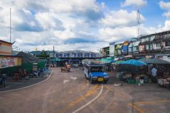 Η τοπική αγορά στη στάση λεωφορείου στοκ εικόνες