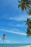 Η τοπική ταλάντευση αγοριών σε μια ταλάντευση σχοινιών στο χωριό Lavena, Taveuni είναι Στοκ εικόνες με δικαίωμα ελεύθερης χρήσης