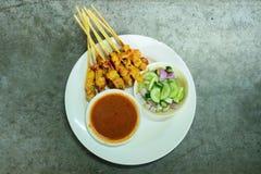 Η τοπ άποψη έψησε το χοιρινό κρέας Satay με τα τουρσιά σάλτσας φυστικιών στη σχάρα που είναι στοκ φωτογραφίες με δικαίωμα ελεύθερης χρήσης