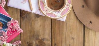 Η τοπ άποψη ή επίπεδος βάζει του διακινούμενου συνόλου, σημειωματάριο, έννοια ταξιδιού coffee cup dressing girl gown morning whit Στοκ Εικόνα