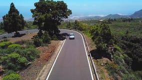 Η τοπ άποψη ενός αυτοκινήτου οδηγά κατά μήκος ενός δρόμου βουνών Tenerife, Κανάρια νησιά, Ισπανία Τρόπος στο ηφαίστειο Teide, Tei απόθεμα βίντεο