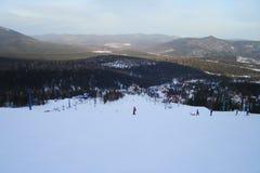 Η τοπ άποψη ενός χιονοδρομικού κέντρου και μακρύς προς τα κάτω καθοδηγεί στοκ εικόνες