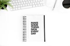 Η τοπ άποψη κάνει κάτι το νέο κάθε μέρα κινητήριο απόσπασμα στο ημερολόγιο στοκ εικόνες