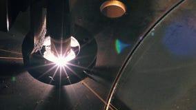 Η τοπ άποψη κινηματογραφήσεων σε πρώτο πλάνο του κεφαλιού λέιζερ κόβει ένα φύλλο μετάλλων απόθεμα βίντεο
