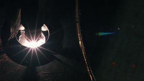 Η τοπ άποψη κινηματογραφήσεων σε πρώτο πλάνο του κεφαλιού λέιζερ κόβει ένα φύλλο μετάλλων φιλμ μικρού μήκους