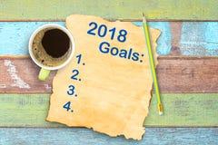Η τοπ άποψη στόχοι 2018 ετών απαριθμεί στο παλαιό φλυτζάνι εγγράφου και καφέ, μολύβι στοκ φωτογραφίες