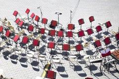 Η τοπ άποψη της μουσικής καρεκλών στέκεται τα όργανα ορχηστρών πνευστ0ών από χαλκό στοκ φωτογραφία με δικαίωμα ελεύθερης χρήσης